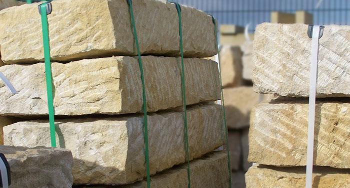 sandstein-blockstufe auf palette